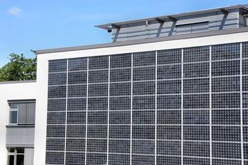 Solarzellen an einer Hauswand