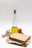 bocadillo, ajos, aceite y tomates poster