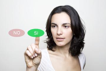 Mujer tocando en una pantalla virtual SI
