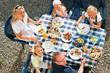 Familie beim Essen im Garten