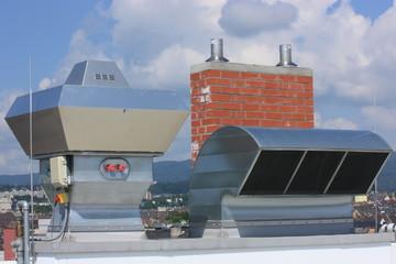 Klimaanlage und Schornstein
