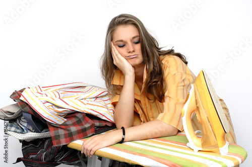 Junge Frau am Bügelbrett
