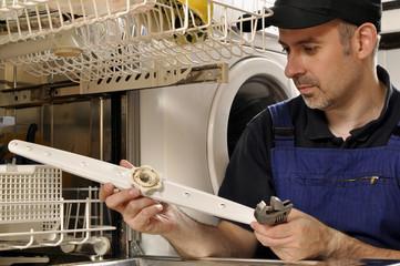Handwerker repariert Spülmaschine