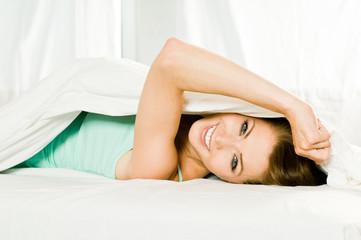 Frau flirtet im Bett