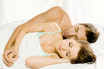 Mann und Frau schlafen im Bett