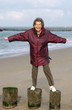 Seniorin albert beim Strandspaziergang