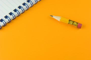 Kurzer Bleistift mit Notizblock