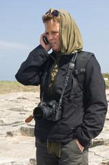 Fotoreporterin mit Mobiltelefon