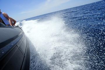spruzzi d'acqua di un motoscafo