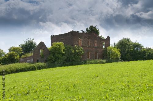 Leinwanddruck Bild Abbruchaus, Ruine mit Grundstück