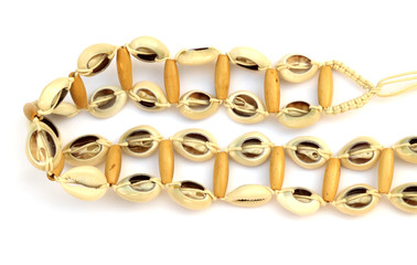 ceinture en macramé avec des perles de bois et des cauris