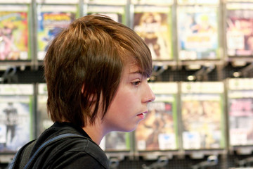 adolescent au rayon jeux vidéo 2