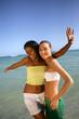 Jeunes femmes souriantes au bord de la plage