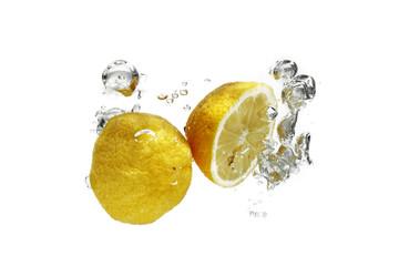 Zitronen im Wasser
