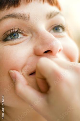 jeune femme yeux bleus amoureuse gourmande sourire rêve