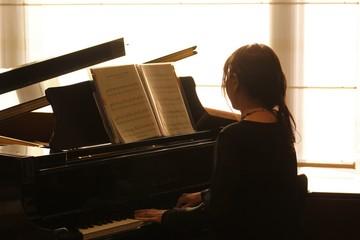 ピアノと女性