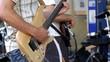 bassiste et guitariste sur scène