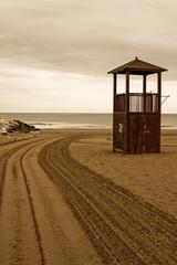 Strand mit Spuren und Wasserwacht