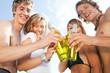 Gruppe feiert Party am Strand (Fokus auf Getränk!)