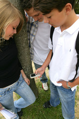 étudiants avec téléphone portable