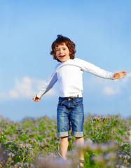 Junge springend vor Freude