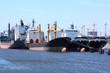 Frachtschiffe im Hafen warten auf das Ende der Wirtschaftskrise