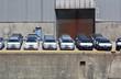 Fabrikneue Autos warten im Hafen auf ihre Verladung