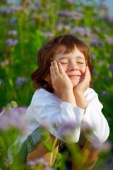 Junge beim entspannen in der Wiese