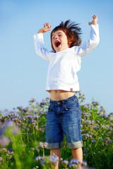 Kind springend Hände in der Hšhe