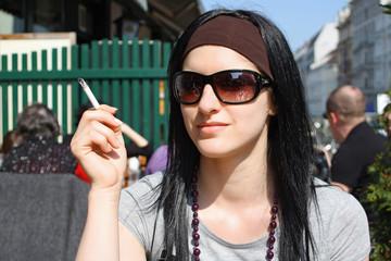 Junge Frau mit Zigarette - Sucht