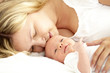 junge mama mit baby