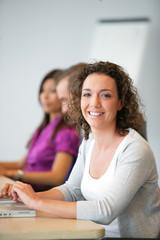 Femme souriante au bureau en formation commerciale