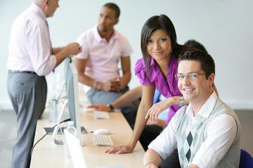Groupe de jeunes commerciaux en formation professionnelle