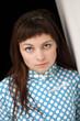 jeune femme fatale aux yeux bleus jalouse regard séducteur