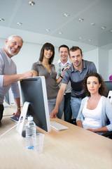 Groupe de stagiaires et formateur en formation informatique