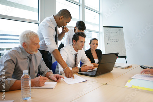 Jeunes cadres commerciaux assistant à une réunion de travail