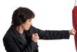 Femme d'affaires en train de faire de la boxe