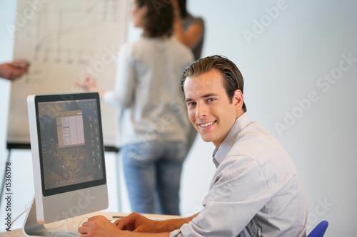 Portrait d 39 un homme souriant au bureau devant un for Bureau homme