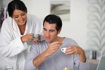 Portrait d'un homme et d'une femme prenant leur petit déjeuner