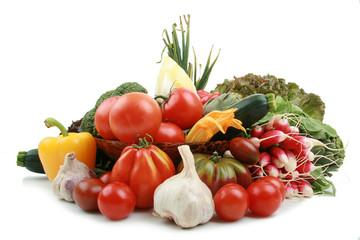 nourriture bio, légumes sur fond blanc