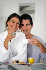Homme et femme prenant leur petit déjeuner