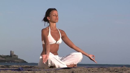 donna medita su una spiaggia toscana