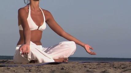 panoramica su donna in meditazione