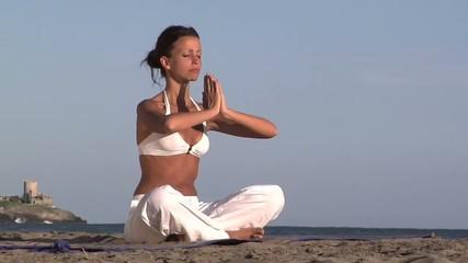 yoga al mare sulla sabbia