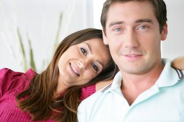 Portrait d'une femme souriante assise près d'un homme