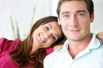 Portrait d'un homme souriant assis près d'une femme