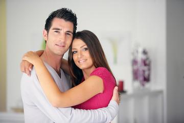 Portrait d'un homme et d'une femme souriants s'enlaçant