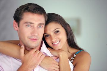 Portrait d'un couple souriant