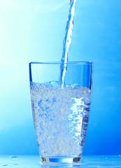 reines wasser wird in ein glas gegossen