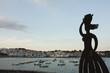 silueta mujer en pueblo costero